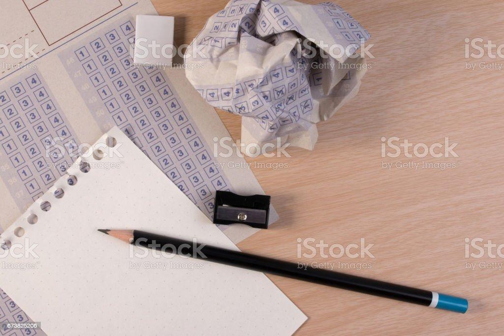 Boule de papier froissé de feuille-réponse classique vintage avec réduction de crayon, taille-crayon et du papier. photo libre de droits