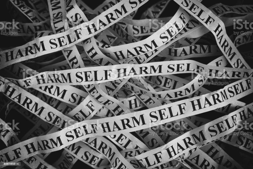 Morceaux de papier froissé avec mots Self Harm - Photo
