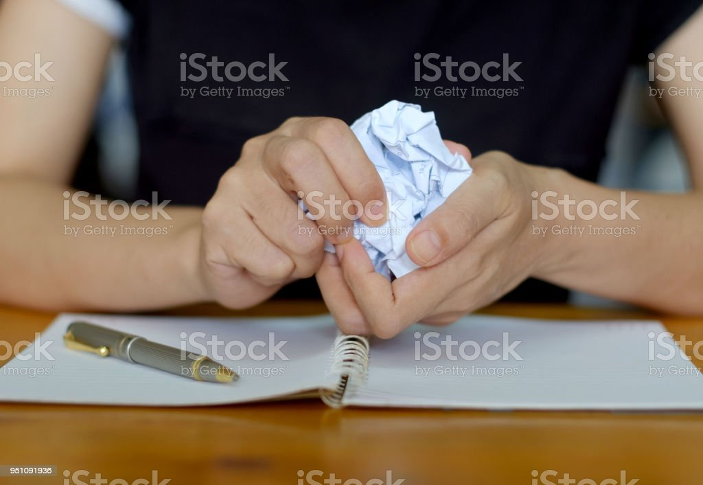 Froisser la feuille de paperasse. - Photo