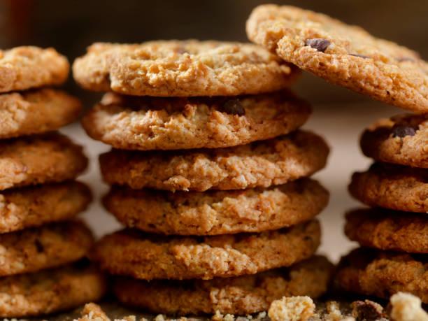 knusprige schokoladenkekse haferflocken - hafer cookies stock-fotos und bilder