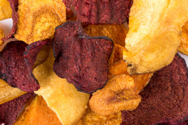 knackige bunte bio gemüse chips. - gemüsechips stock-fotos und bilder
