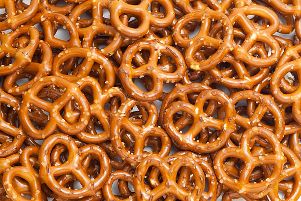 crunchy snack pretzel background - 椒鹽蝴蝶圈 個照片及圖片檔