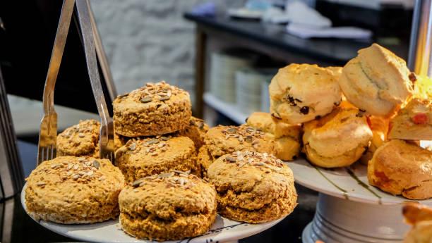 knusprige vegane haferflocken & nuss-kekse - paleo kuchen stock-fotos und bilder