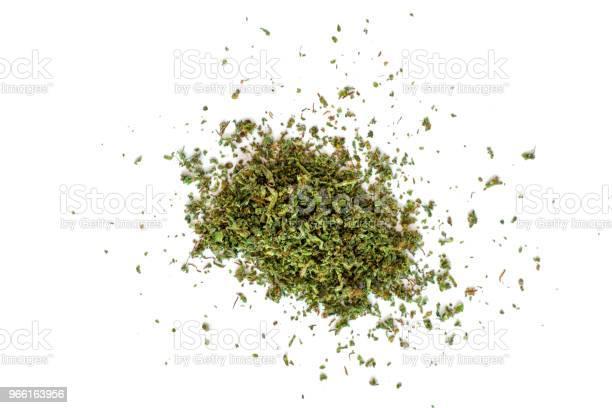 Zerkleinerte Knospen Von Marihuana Weed Cannabis Isoliert Auf Weißem Backg Medizinische Verwendung Thc Und Cbd Stockfoto und mehr Bilder von Blatt - Pflanzenbestandteile