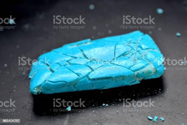 Foto de Peças Esmagadas De Uma Goma De Mascar No Preto e mais fotos de stock de Azul