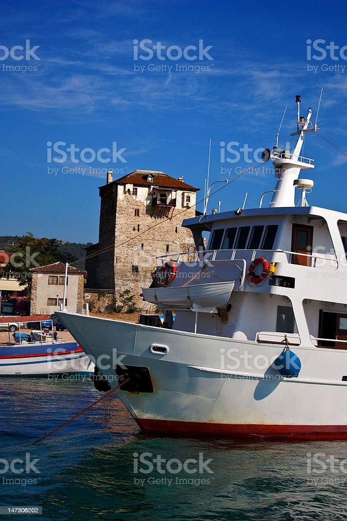 Crusing barco com velho cais em fundo de 2 - foto de acervo
