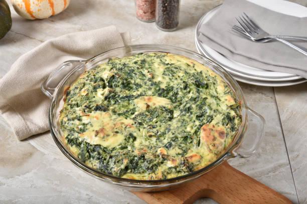 quiche d'épinards et de fromage sans croûte dans le plat de cuisson - quiche photos et images de collection