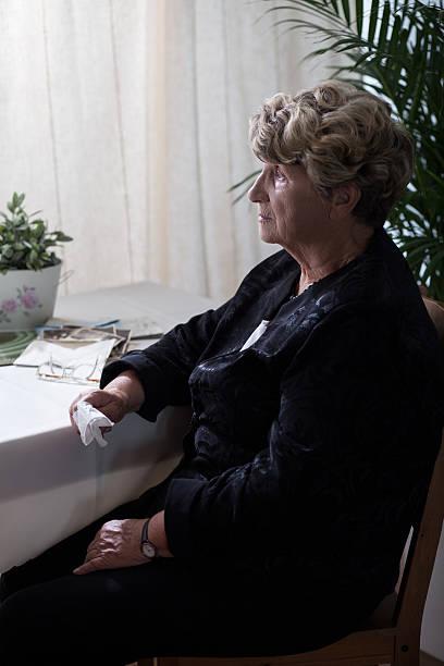 crying after dead husband - trauer abschied tod stock-fotos und bilder