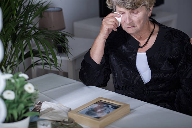 crying after husband - funeral crying stockfoto's en -beelden