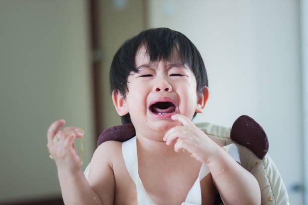 Schreiendes Baby Boy nach dem Frühstück – Foto