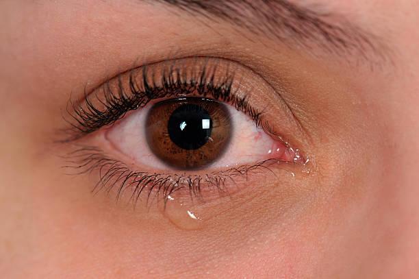 crying eye - träne stock-fotos und bilder