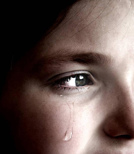 menina chorando com lágrima no rosto - imagens de lagrimas - fotografias e filmes do acervo