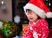 サンタの女の赤ちゃんを泣いています。