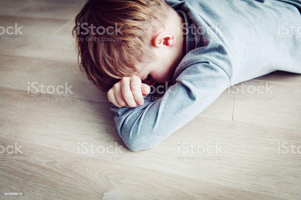 疲れて子供は疲れてストレスを泣いています。 ストックフォト