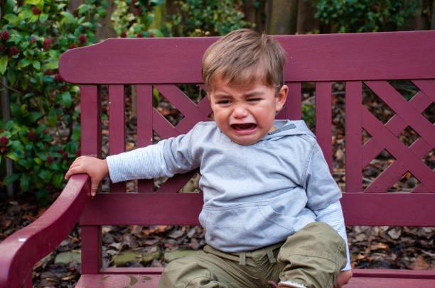 choro de criança no banco - berrando - fotografias e filmes do acervo