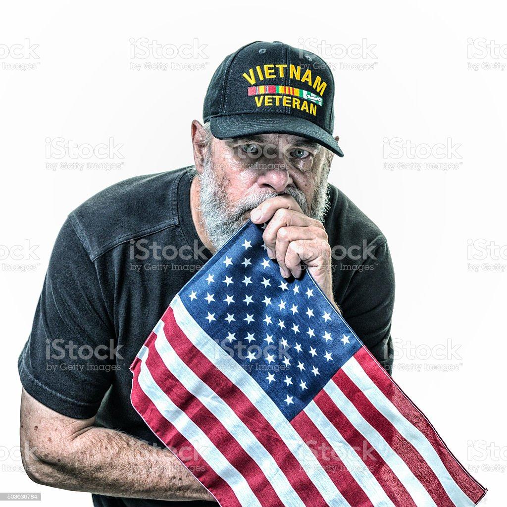 Chorando Marinha dos EUA Vietnam Veteran segurando bandeira norte-americana - foto de acervo