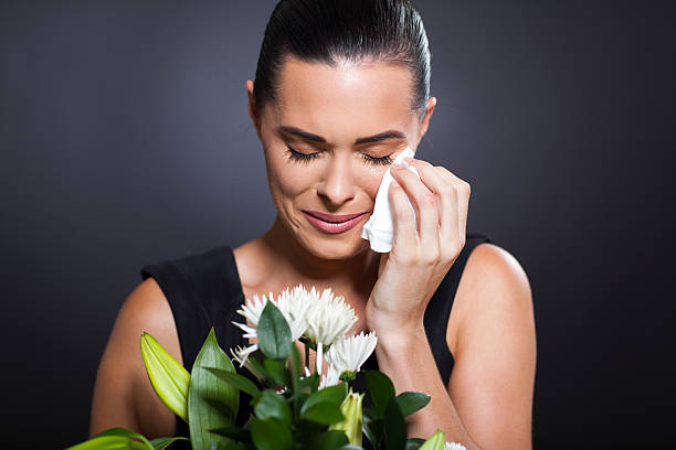 crying woman at funeral - funeral crying stockfoto's en -beelden