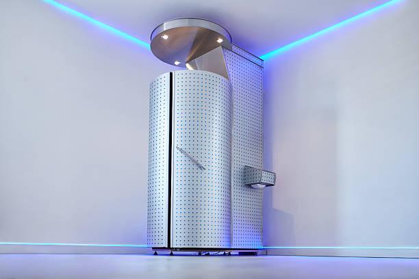 cryo sauna per intero corpo crioterapia - crioterapia foto e immagini stock