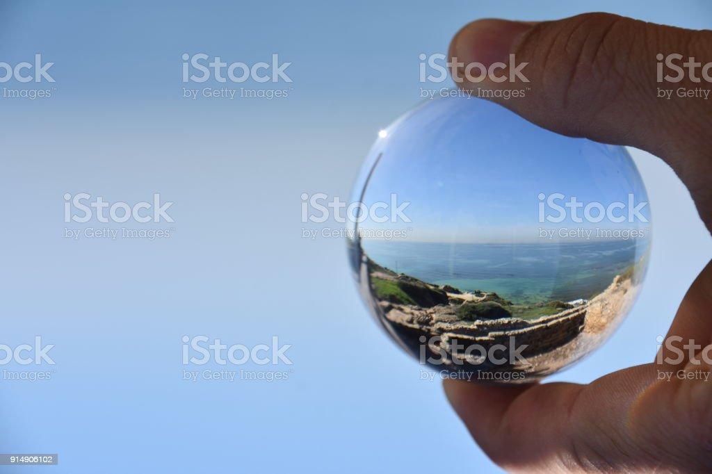 Bola de cristal y playa - foto de stock