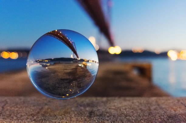 Kristallball und Brücke – Foto