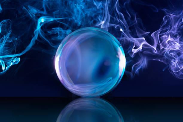 煙霧背景下的水晶球 - 球狀體 個照片及圖片檔