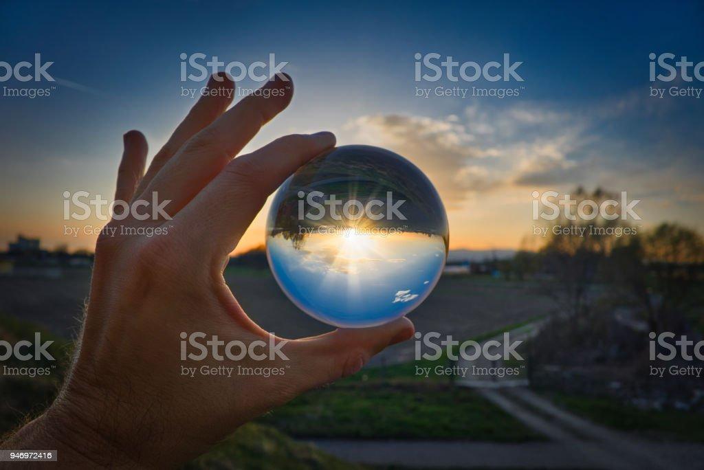 Bola de cristal - paisaje y puesta de sol - foto de stock
