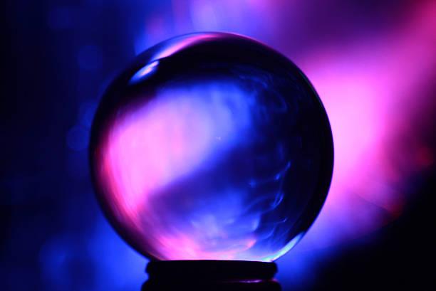 boule de cristal rose et bleu - boule de cristal photos et images de collection