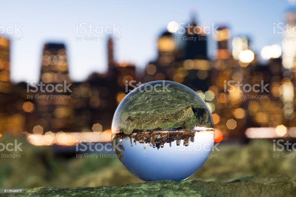 Bola de cristal con reflejo de Manhattan. - foto de stock
