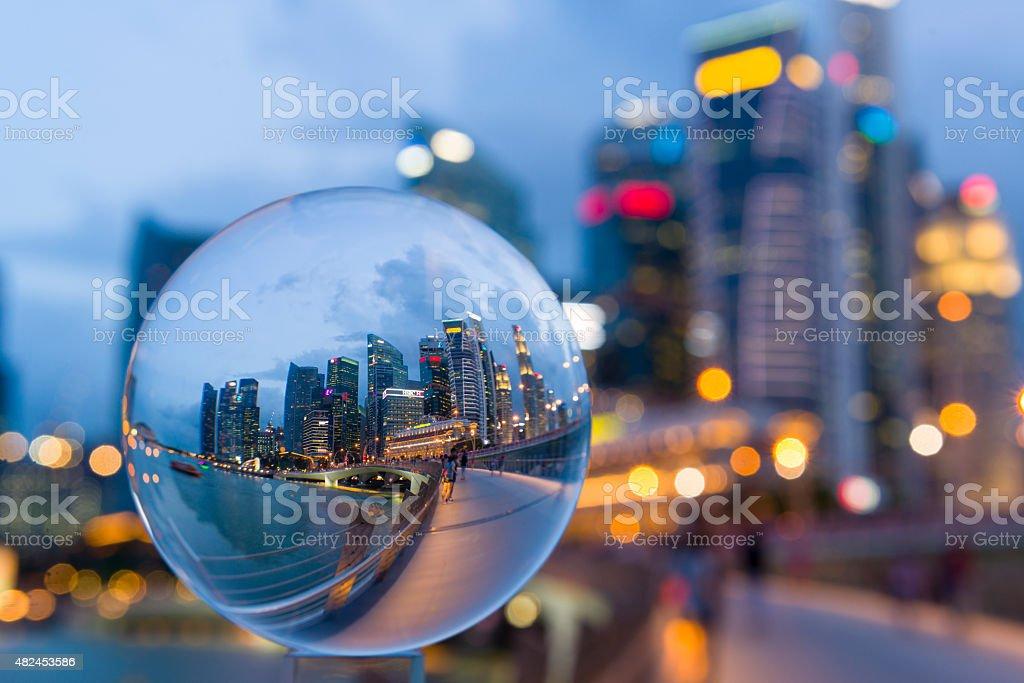 Bola de cristal con reflejo del distrito financiero central (CBD) de la ciudad de singapur - foto de stock