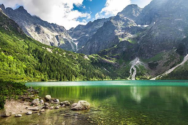 Crystal clear lago de montaña y de las Montañas Rocosas - foto de stock