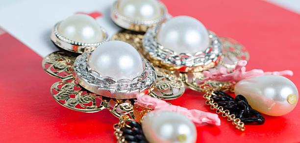 orecchini con cristalli fuori della scatola - earring ring foto e immagini stock