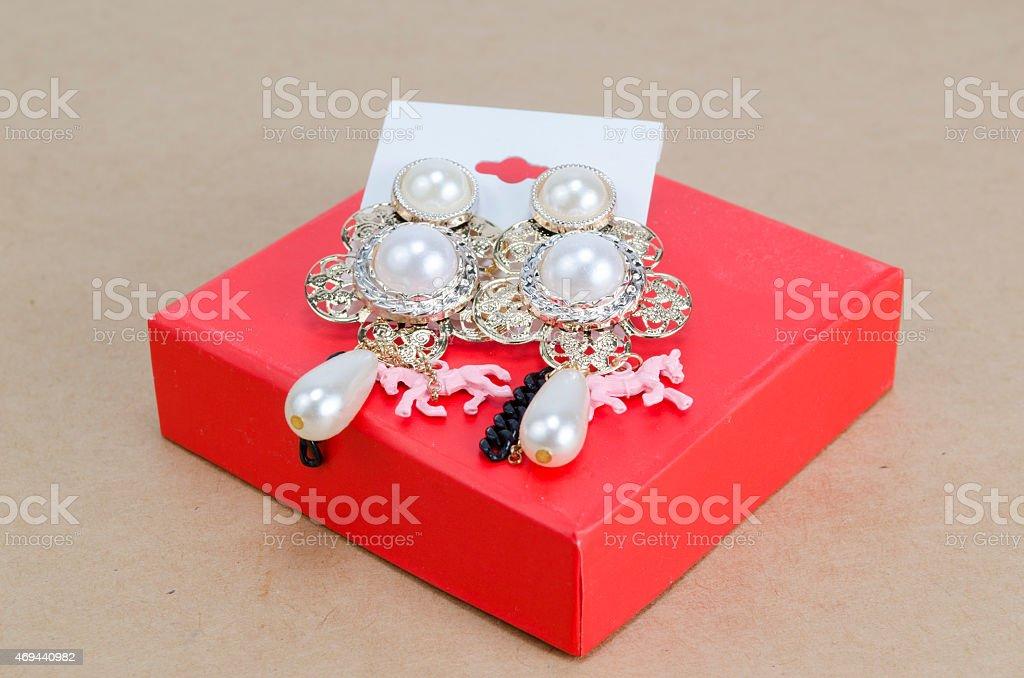 Orecchini con cristalli di scatola regalo - Foto stock royalty-free di Accessorio personale