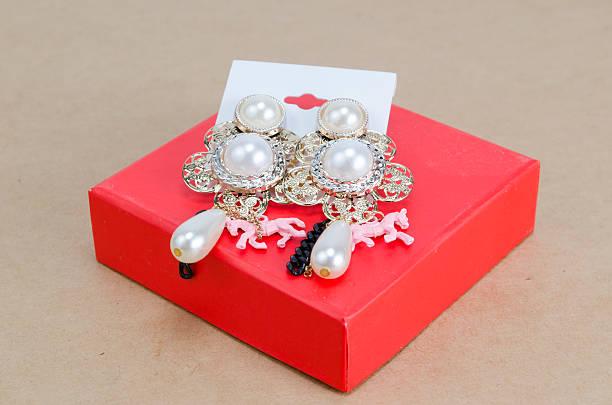 orecchini con cristalli di scatola regalo - earring ring foto e immagini stock