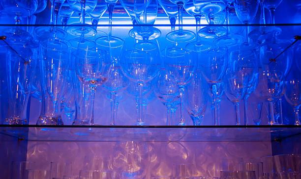 kristall-gläser mit licht aus schrank - vitrinenschrank stock-fotos und bilder