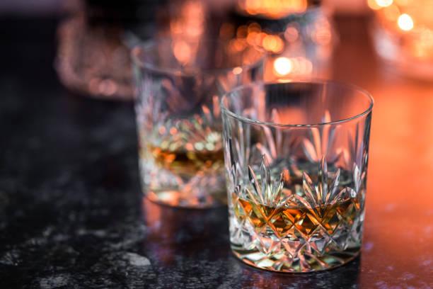 kristall glas whisky auf verwitterten oberfläche - schottischer whisky stock-fotos und bilder