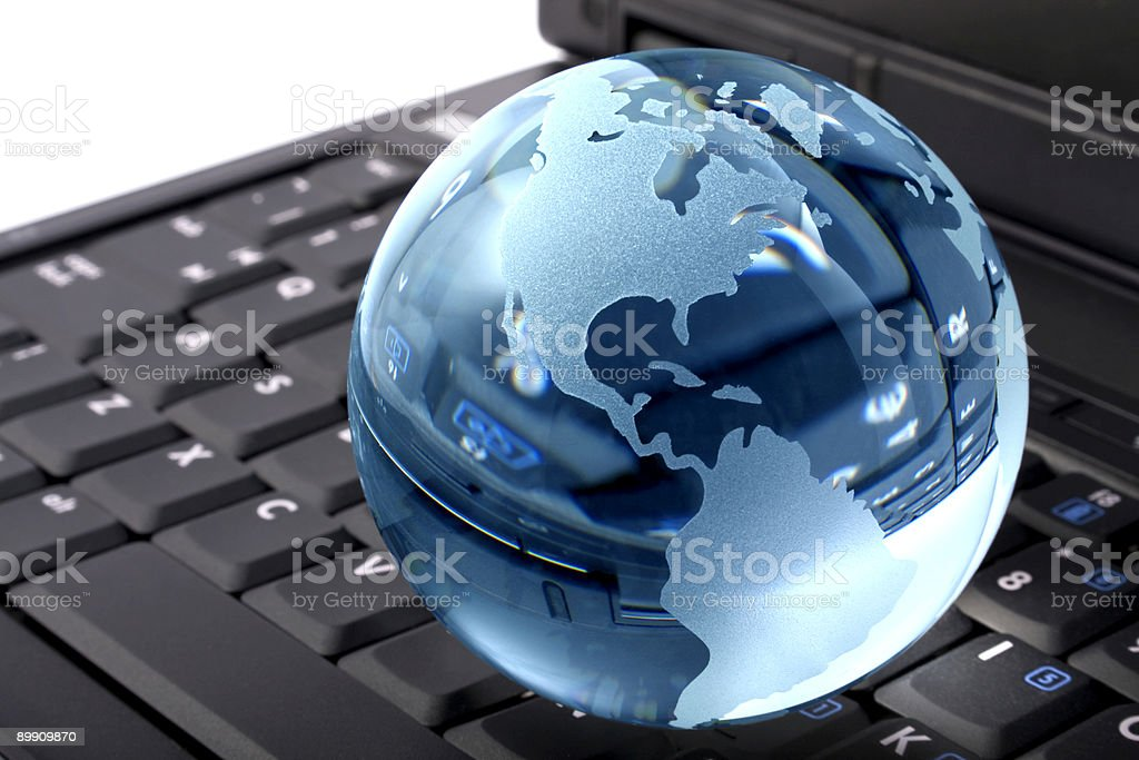 Glas globe auf laptop Lizenzfreies stock-foto