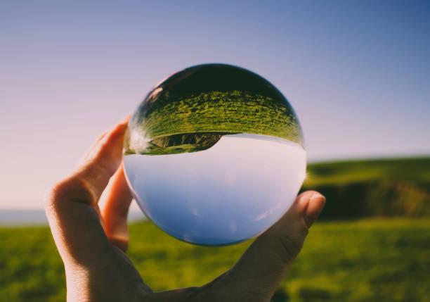 kryształowa kula fotograficzna ukazująca piękno st bees head - indywidualność zdjęcia i obrazy z banku zdjęć