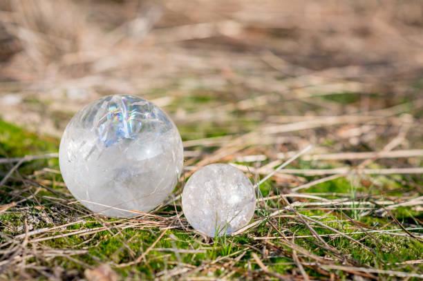 2 Kristallkugeln Quarz Verlegung in den Rasen in einem Wald im Herbst – Foto