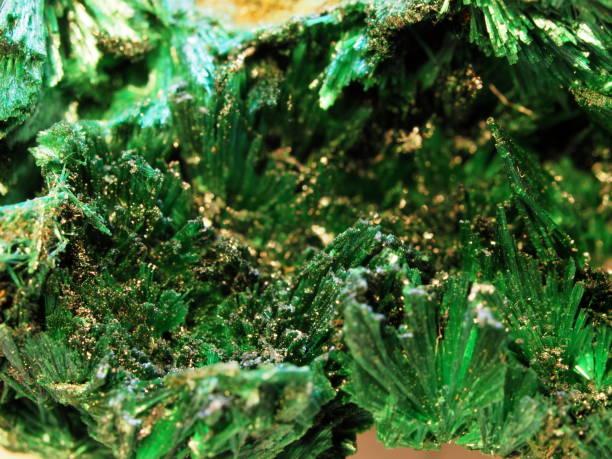 crystalic groene stekels van malachiet - malachiet stockfoto's en -beelden