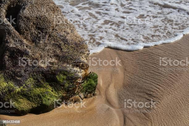 Krystaliczne Wody I Tekstury Skalne Plaży Galapinhos - zdjęcia stockowe i więcej obrazów Arrabida Natural Park