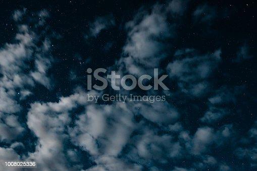 istock Céu estrelado com nuvens azul 1008025336