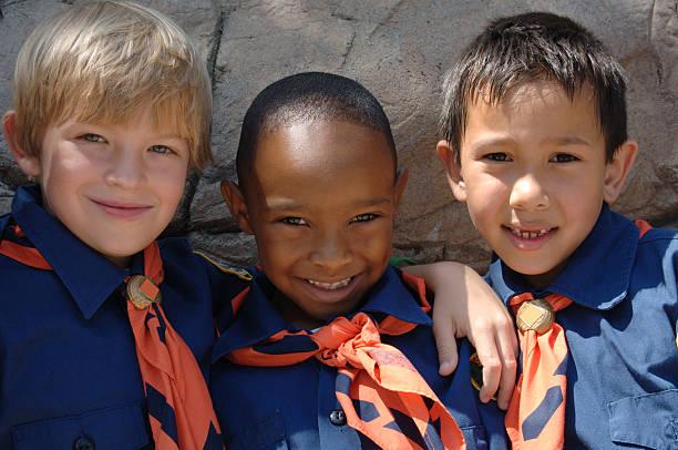 lobatos y lobeznas - boy scout fotografías e imágenes de stock