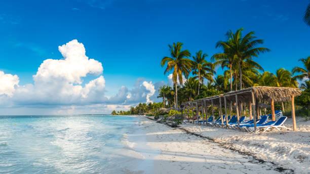 kuba, cayo gulliermo: playa pilar, einen sitzplatz vor dem karibischen meer, ein schöner strand neben dem korallenriff. - urlaub in kuba stock-fotos und bilder