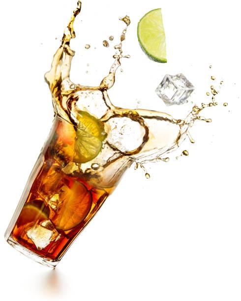 cuba libre cocktail éclaboussures - boisson rafraîchissante photos et images de collection