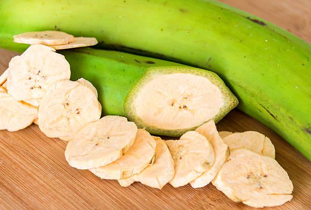 쿠바 요리:  녹색 plantian 바나나 칩 - 플렌틴 바나나 뉴스 사진 이미지