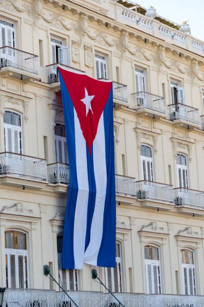 Kubanische Flagge auf der Fassade eines kolonialen Gebäudes – Foto