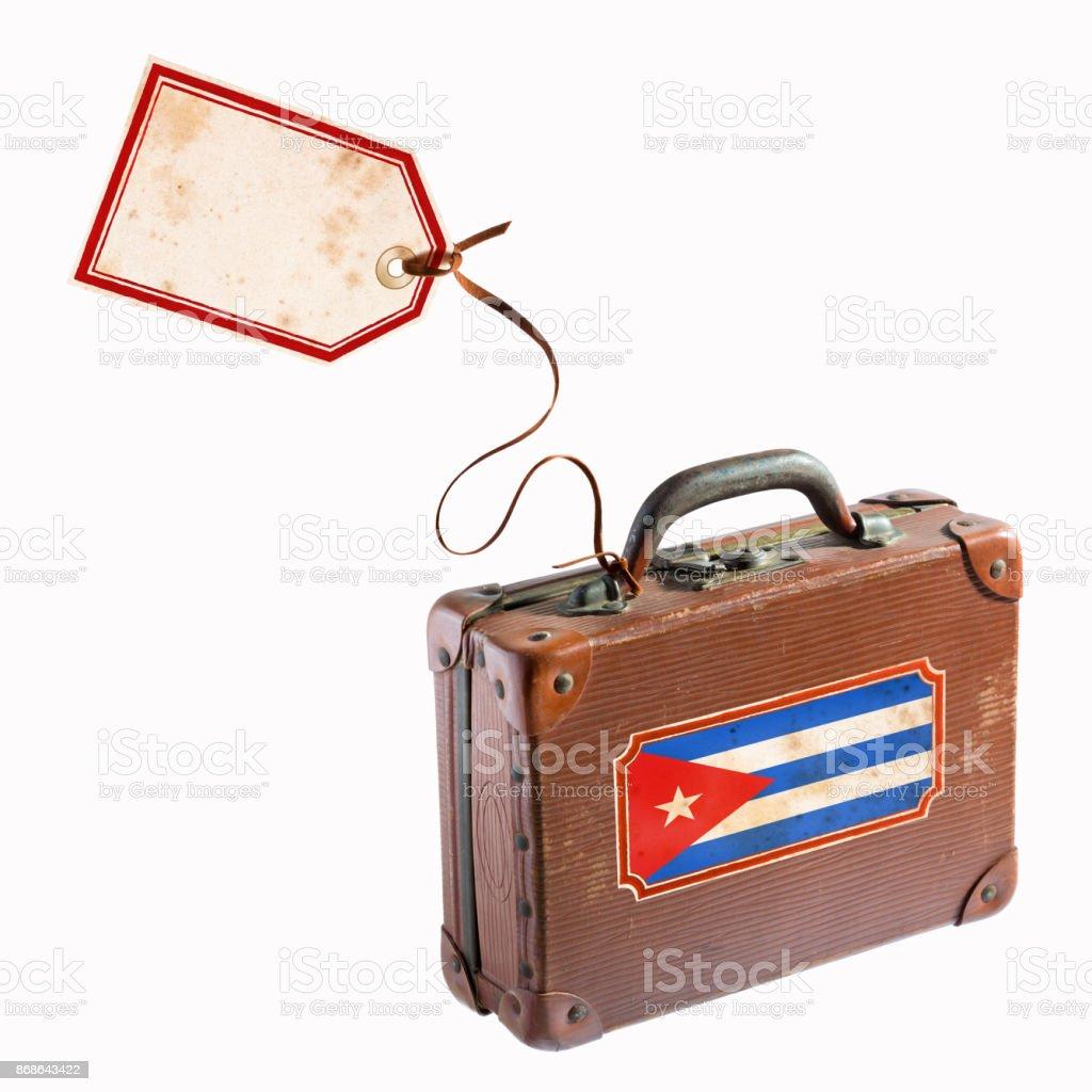 Bandeira cubana na mala de couro antigo com bagagem tag e etiqueta - foto de acervo