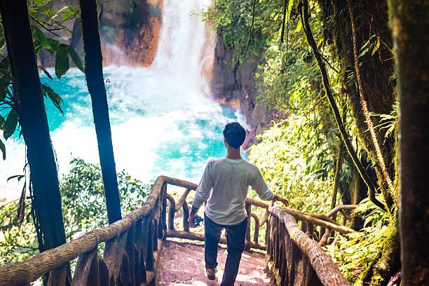 キューバ人でコスタリカでのハイキング滝のあるリオチェレスタ - 自然旅行 ストックフォトと画像