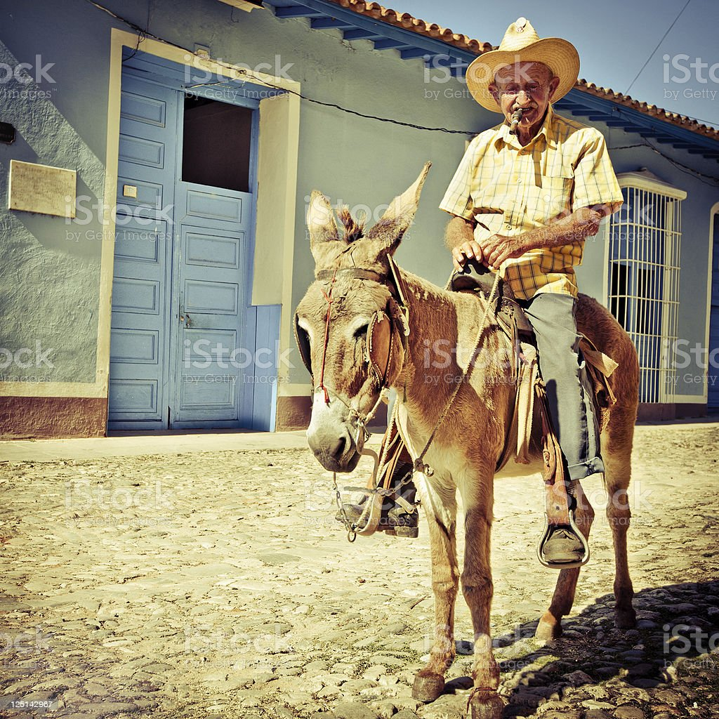 Cuban homme senior équitation son Baudet - Photo