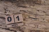キューブカレンダーに木の背景 4 月に
